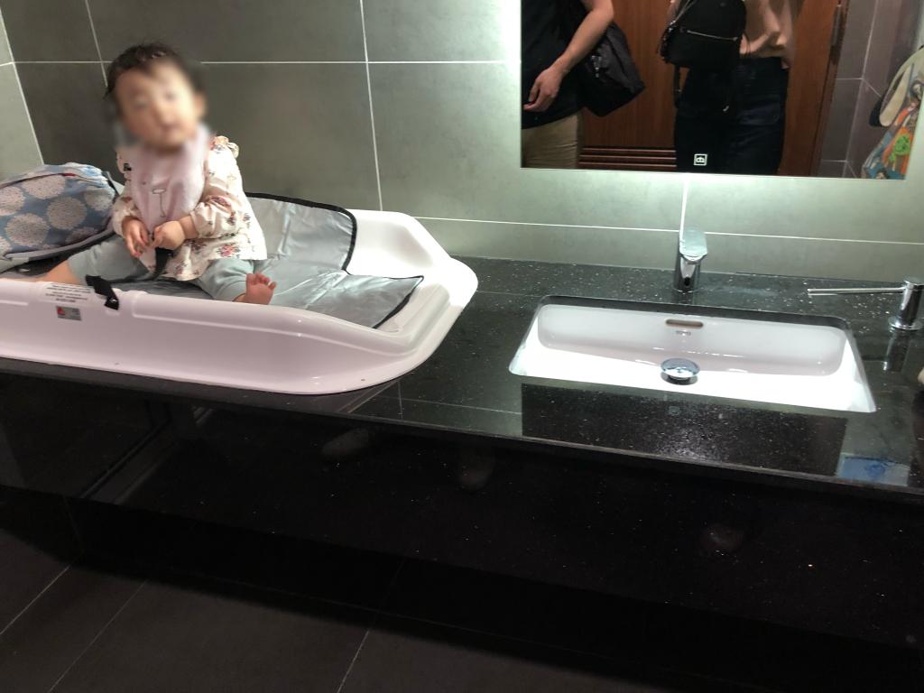 ダナン空港のオムツ替え台