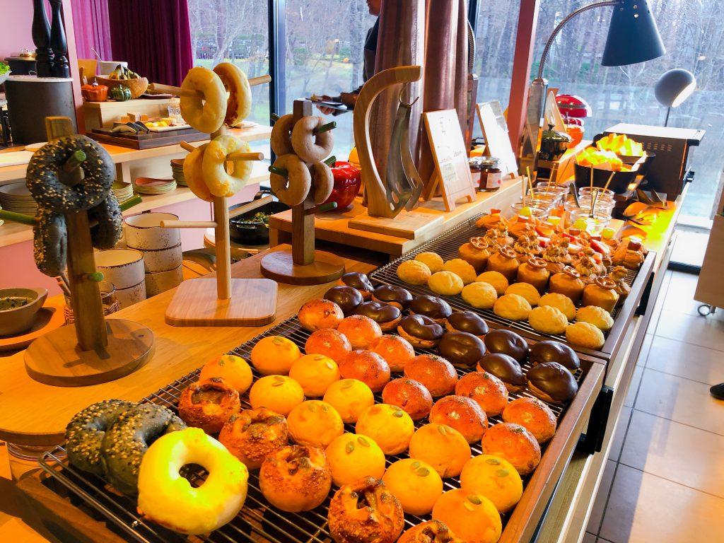 ずらりと並ぶ朝食ビュッフェの可愛いパンたち
