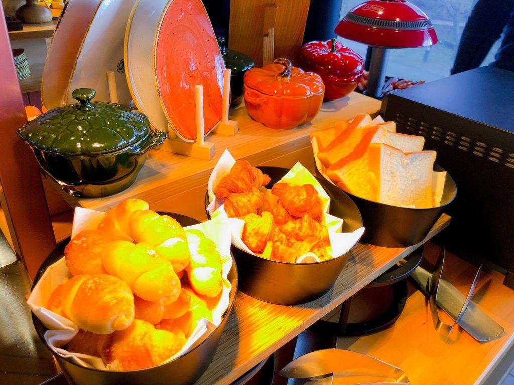 ずらりと並ぶ朝食ビュッフェの可愛いパンたち2