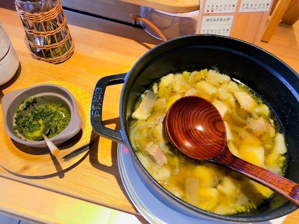 朝食ビュッフェの豚肩とカブのスープ