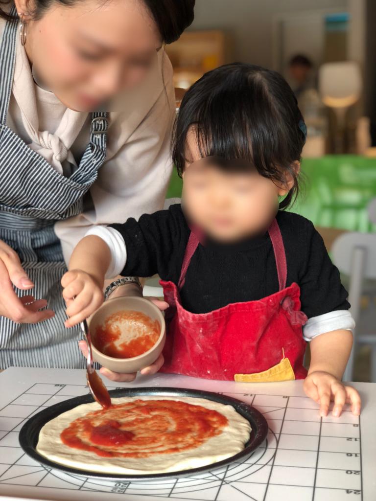 リゾナーレ那須のピッツァ作りソースぬり